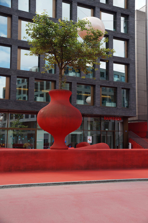 """Bild vom """"Roten Platz"""" in St.Gallen vor dem Raiffeisen-Gebäude"""
