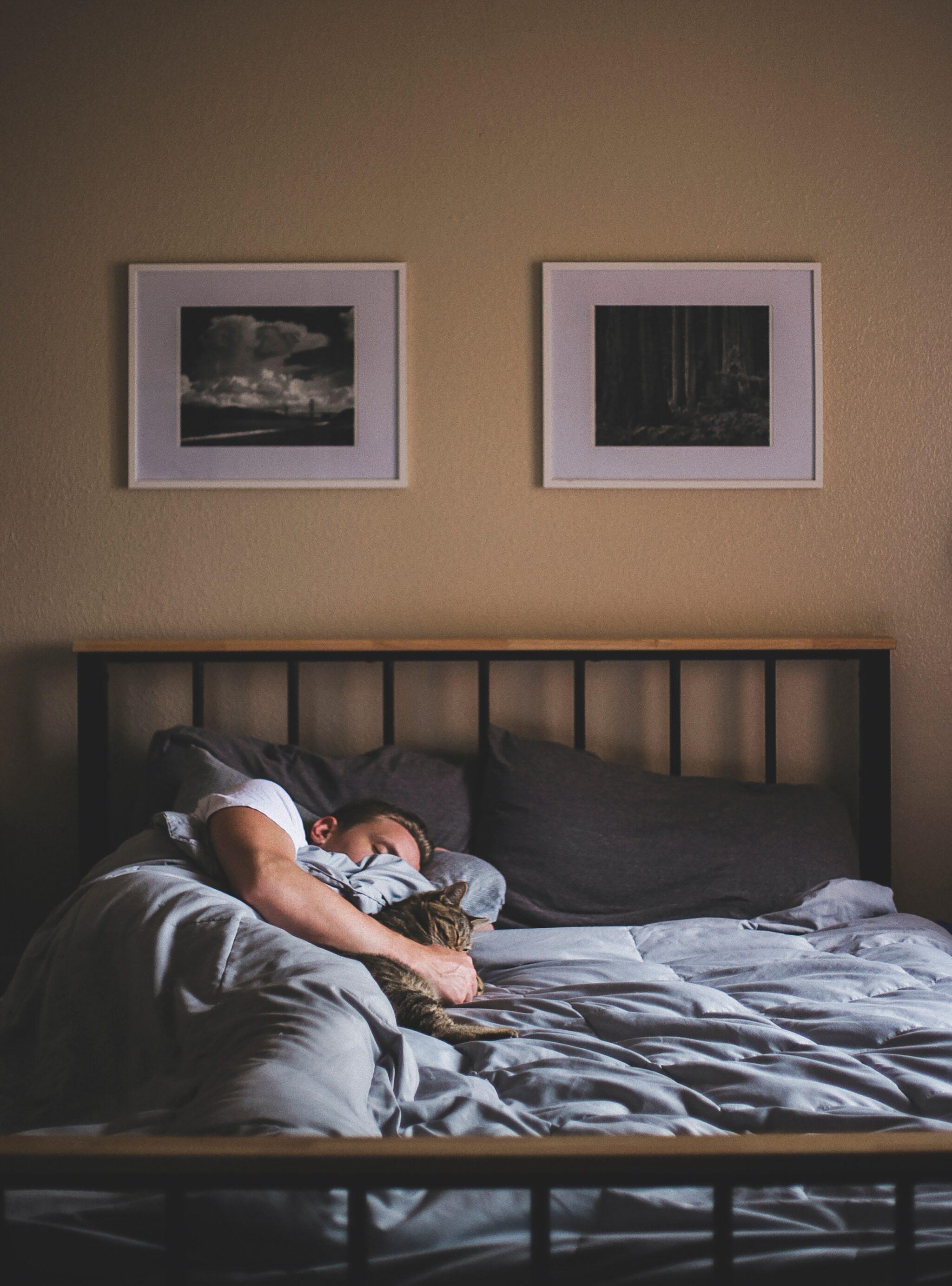 Ein Mann schläft in einem Bett.
