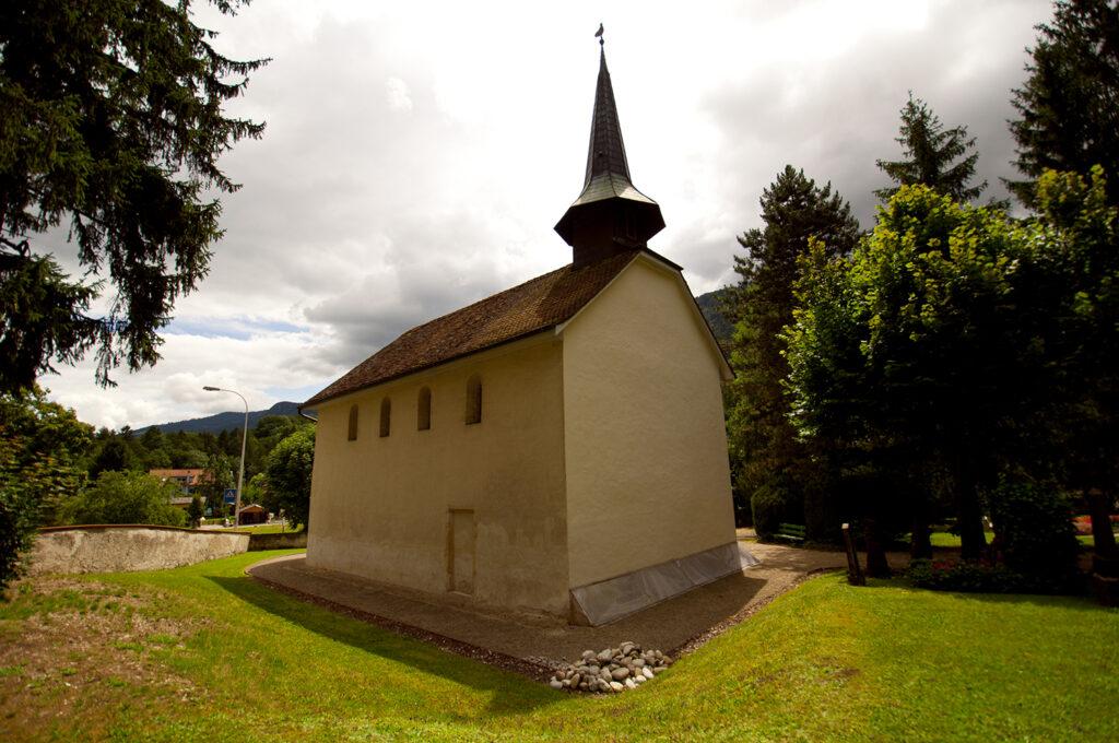 Kapelle von Chalières mit umliegenden Friedhof in Moutier.