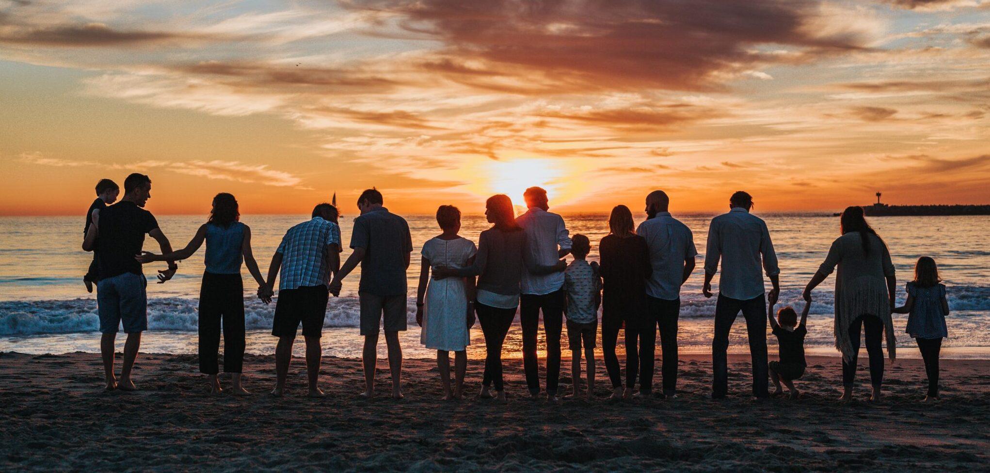 Gruppe von Menschen am Strand.