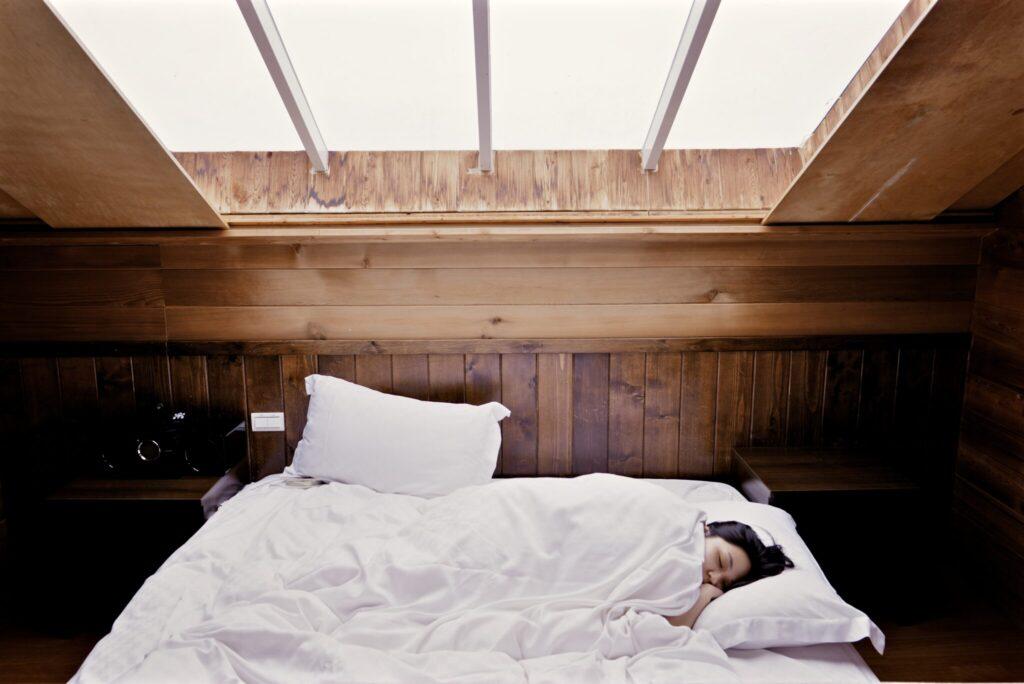 Eine Frau, die in einem Bett schläft.