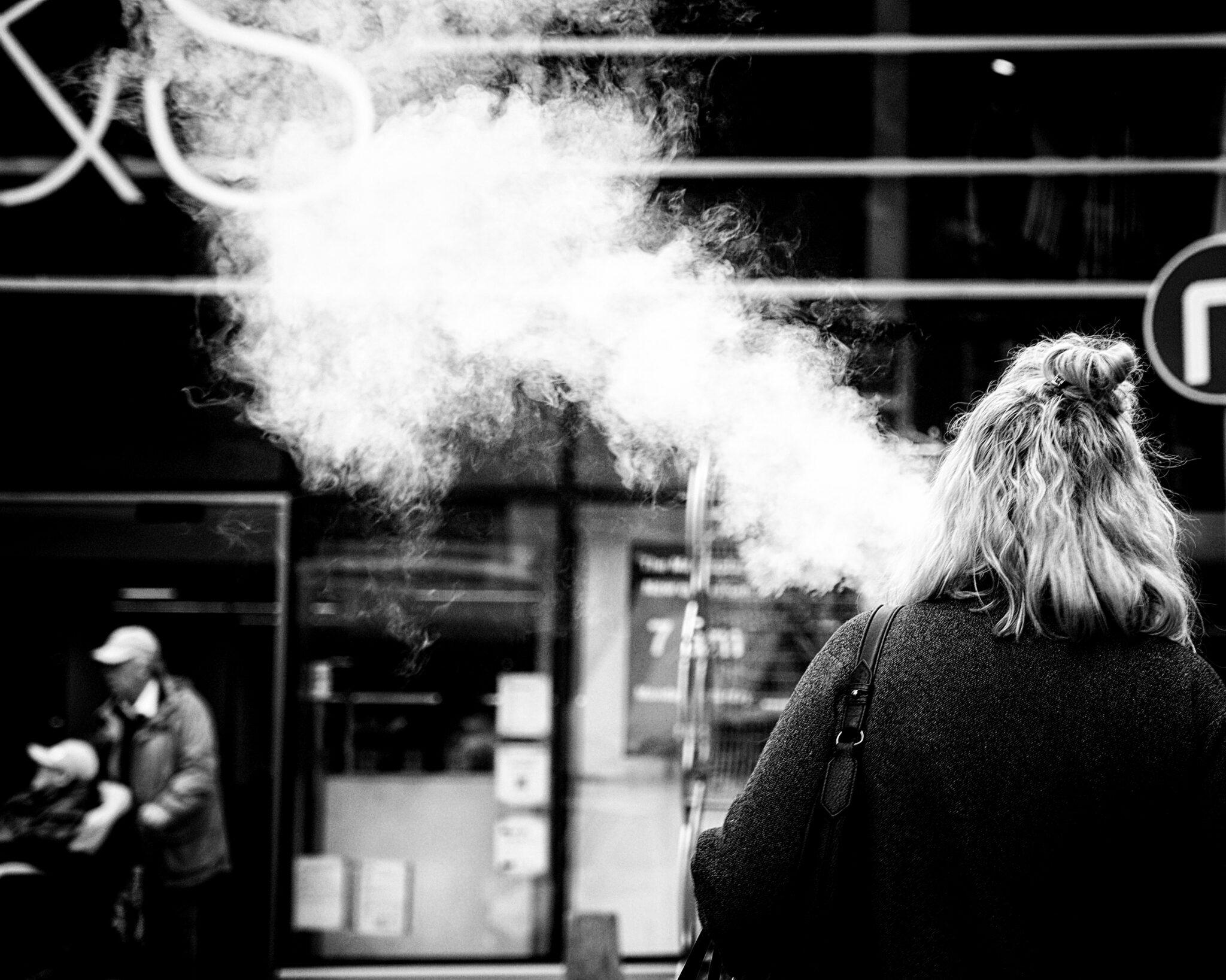 E-Zigaretten-Raucherin