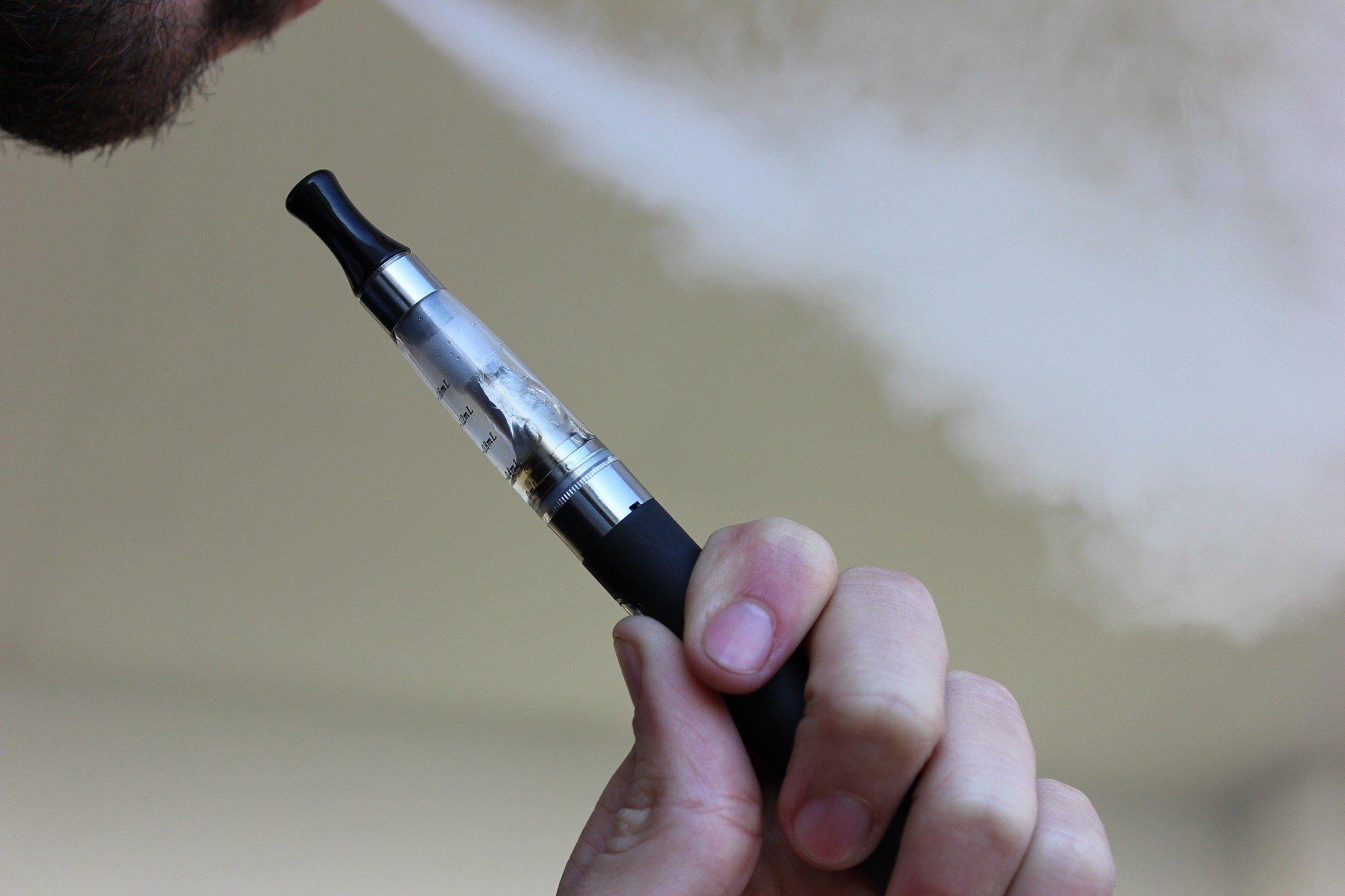 Mann hält E-Zigarette in der Hand