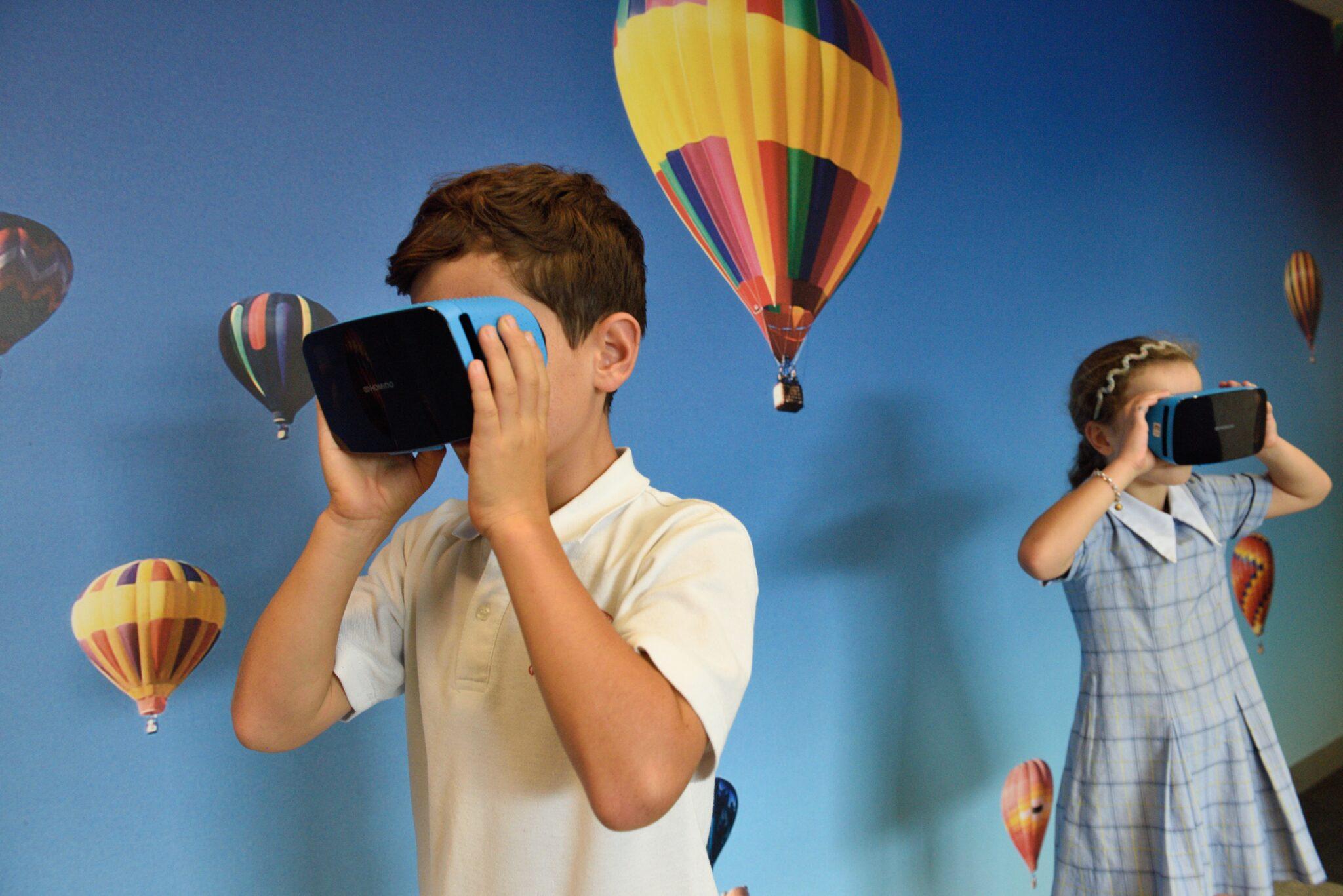 Kinder mit VR-Brillen