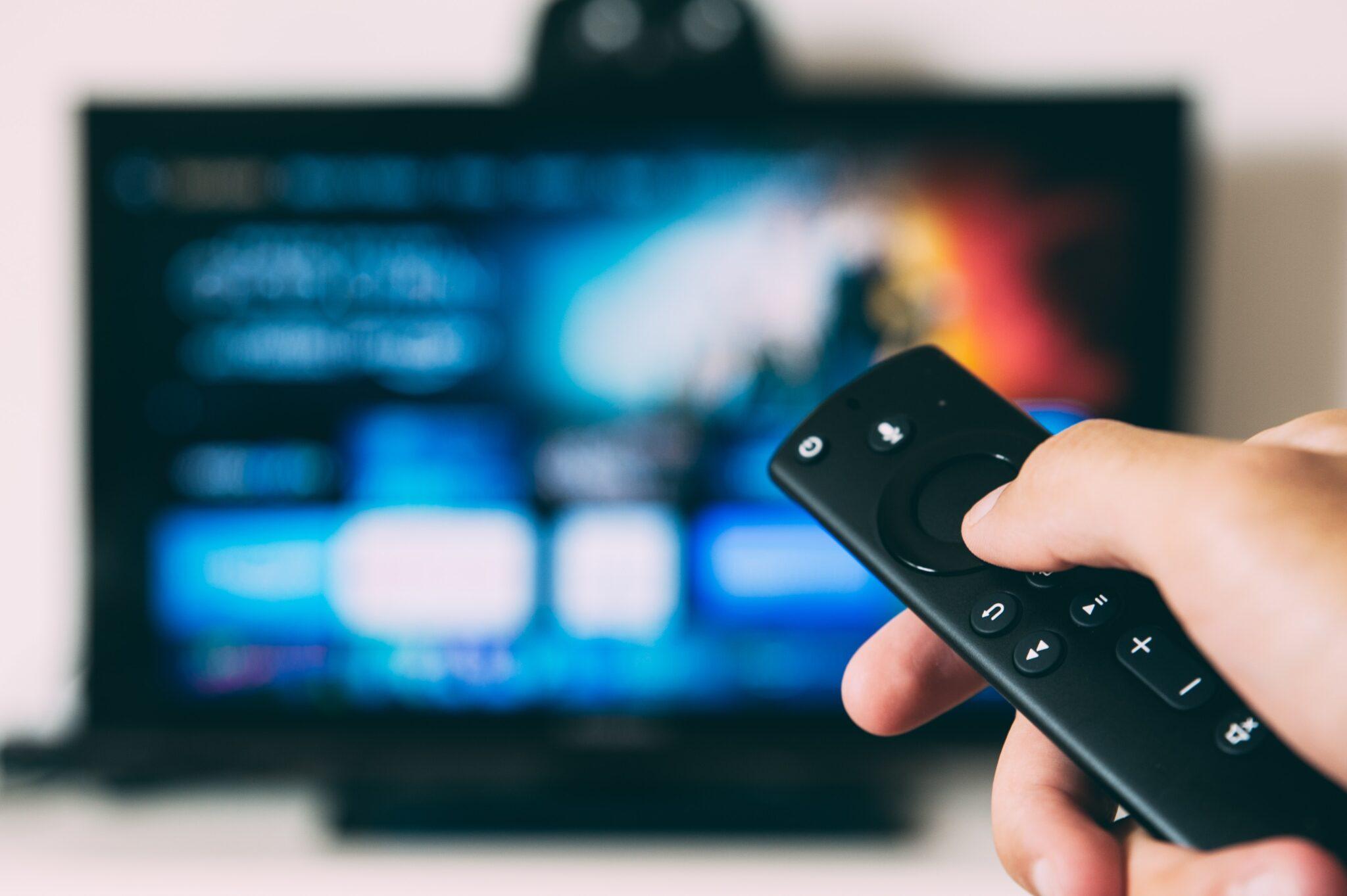 Mensch schaltet Fernseher ein