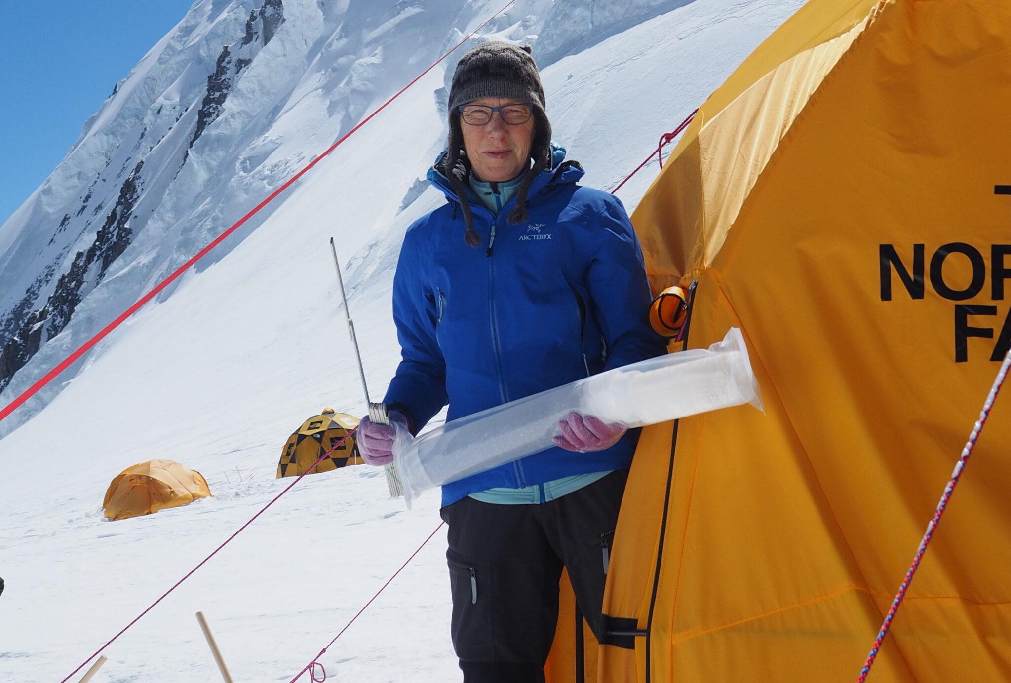 Margit Schwikowski mit Eisbohrkern