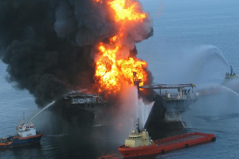 Feuer auf der Ölbohrplatform Deepwater Horizon im Jahr 2010