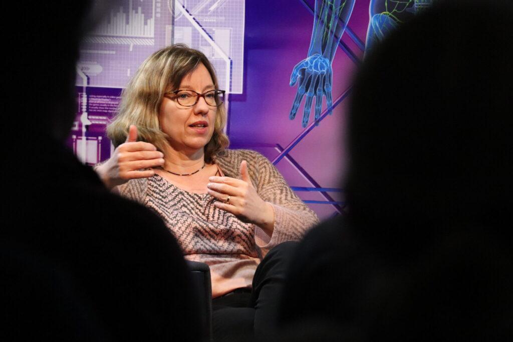 Dorothea Wiesmann spricht vor Publikum