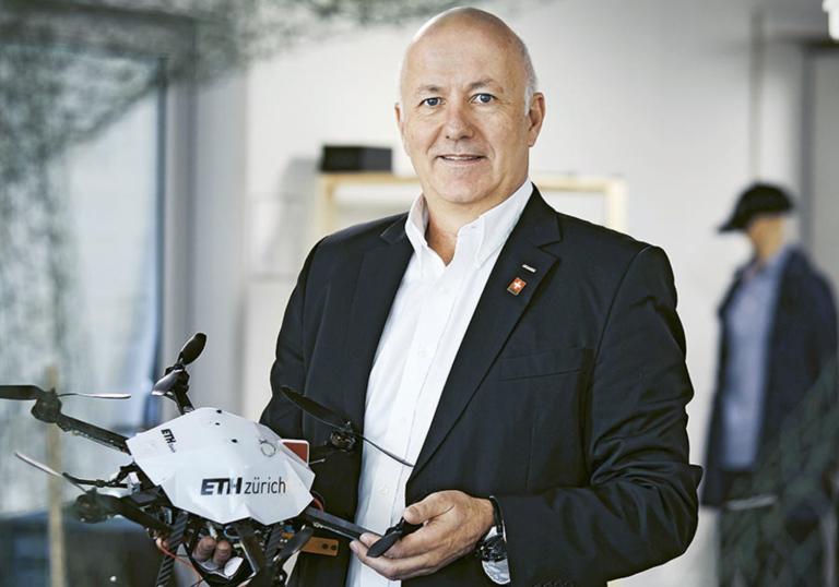 Professor Roland Siegwart mit einem Roboter