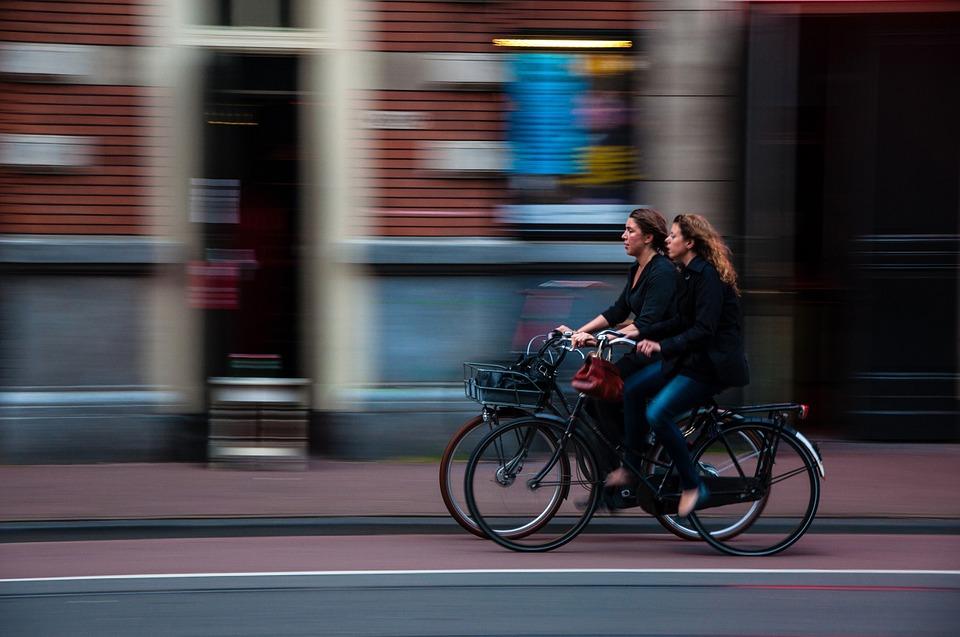 Frauen fahren Fahrrad in einer Stadt