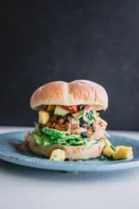Ein Burger mit Salat und Gemüse