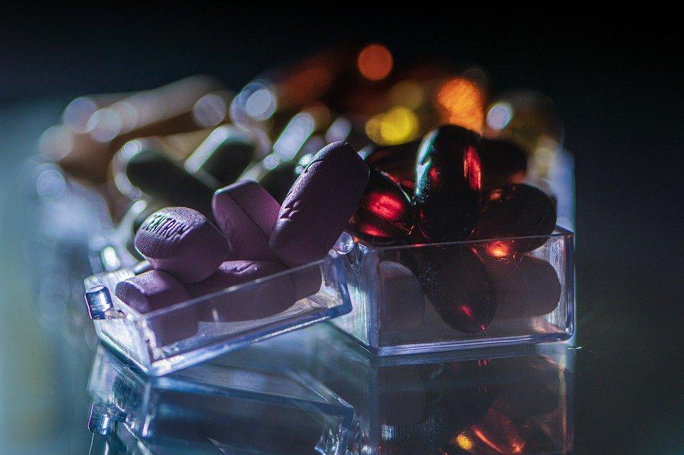 verschiedene Tabletten und Kapseln