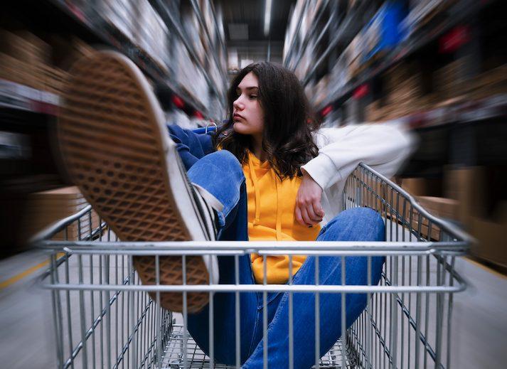 Mädchen im Einkaufswagen