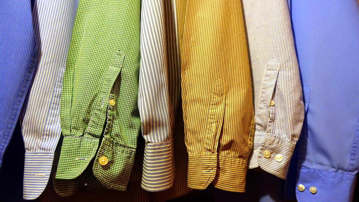 Ärmel von Hemden in hellen Farben