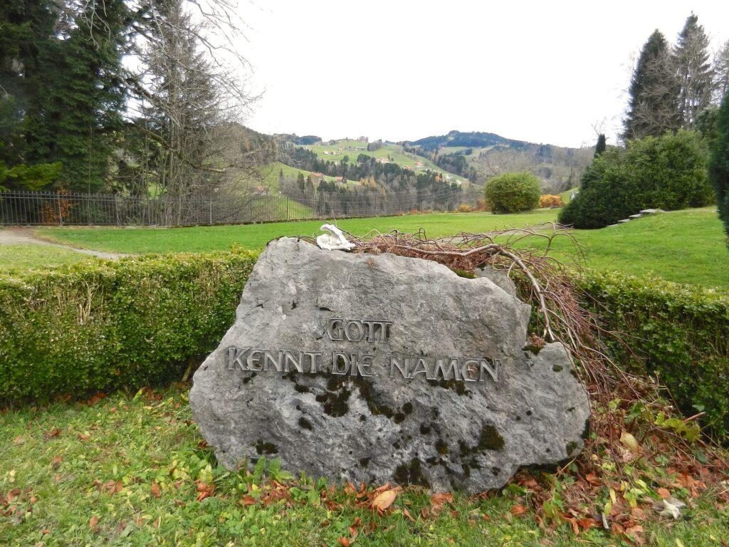 Fels als Grabstein ohne Namensnennung