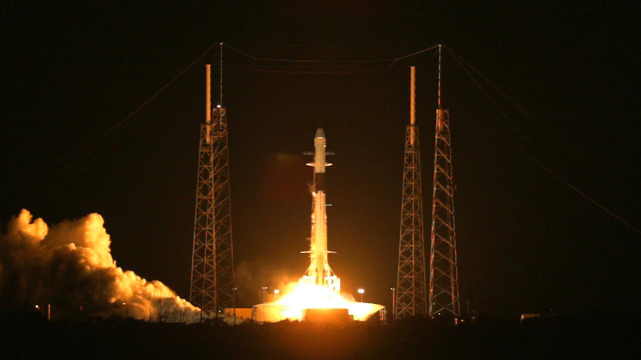 Eine Rakete, die nachts Richtung Weltraum startet.