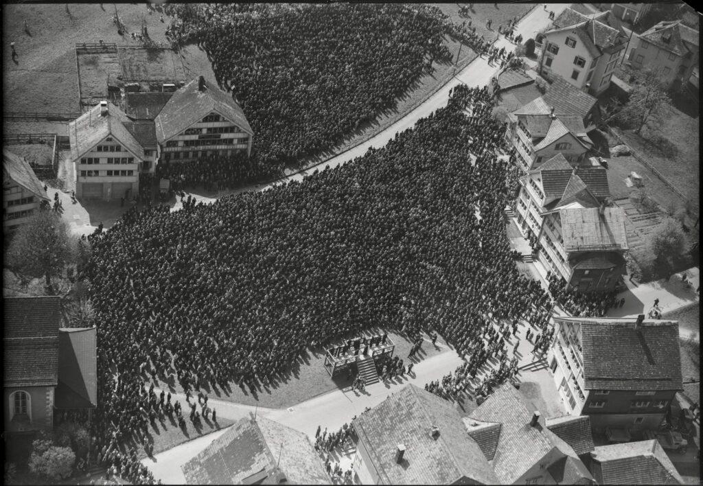Luftaufnahme der Landsgemeinde Hundwil von 1949