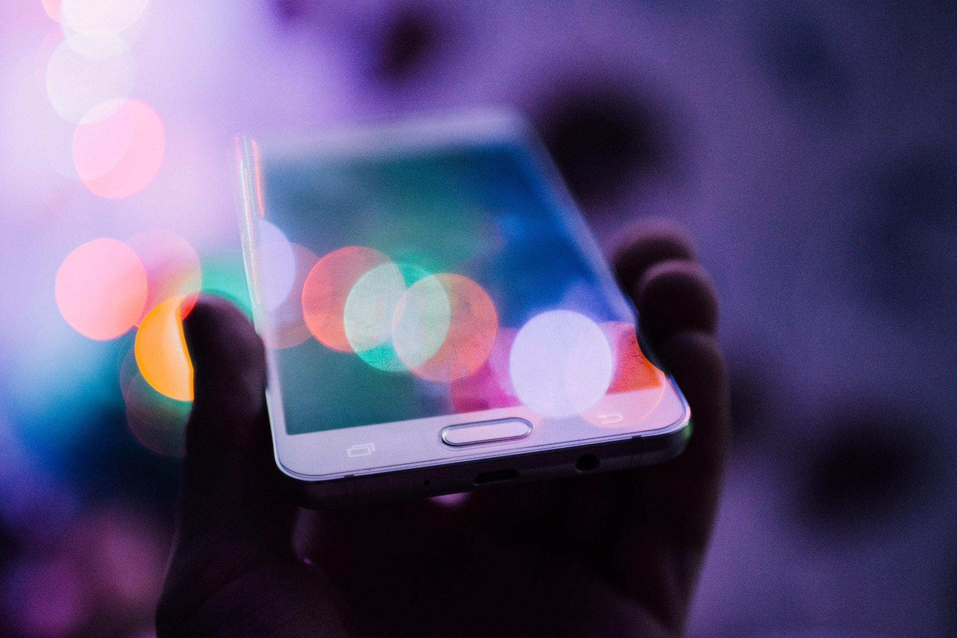 Handy mit übertrieben bunten Lichtreflexen