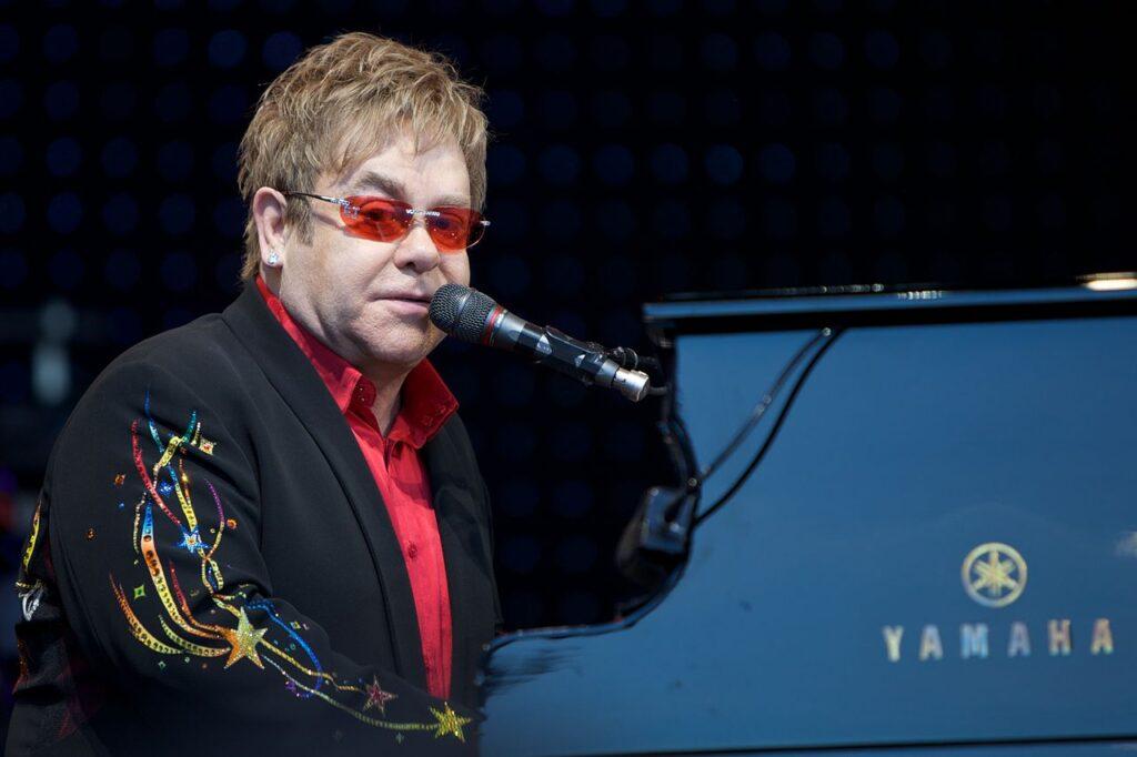 Elton John mit roter Sonnenbrille am Klavier