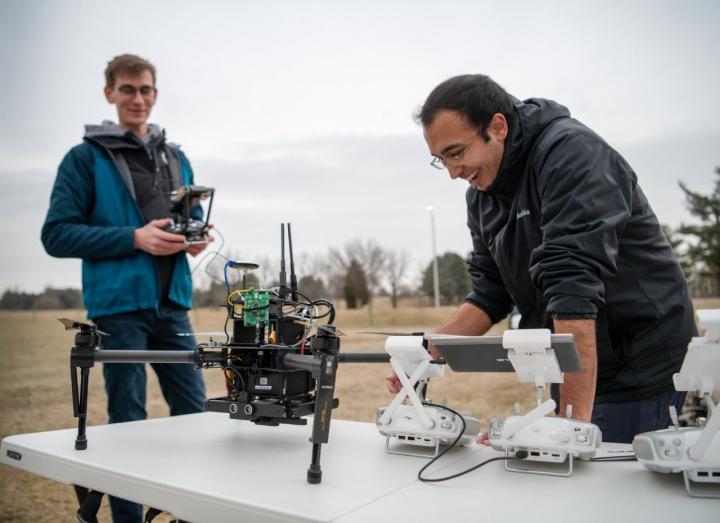 Forscher beim Entwickeln einer Drohne