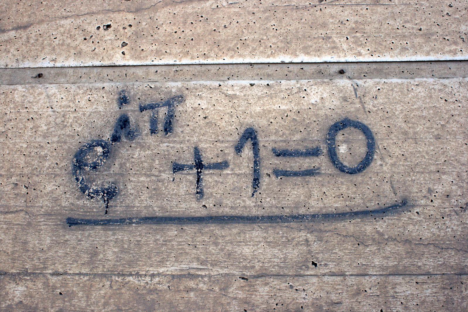 Eulersche Gleichung, als Graffiti auf eine Wand gesprüht