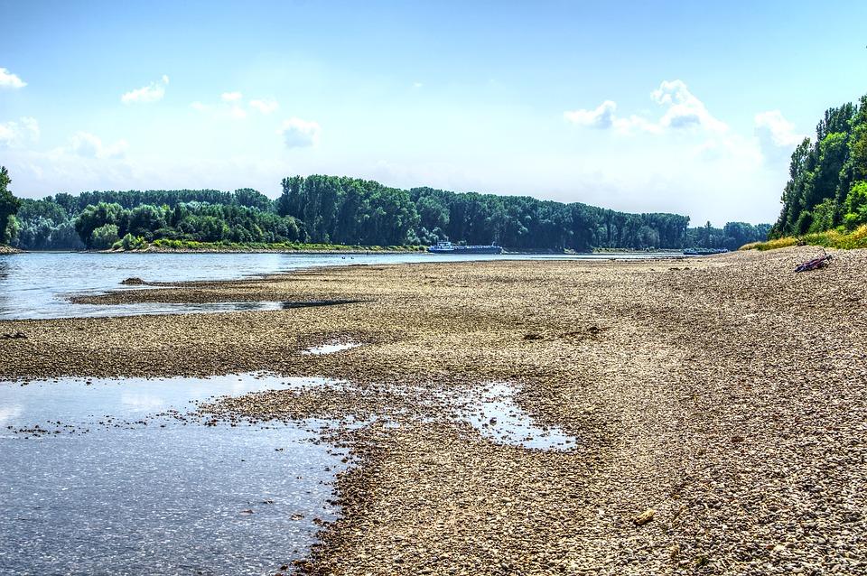 Niedrigwasser am Rhein, wenig Wasser, viel Kies.