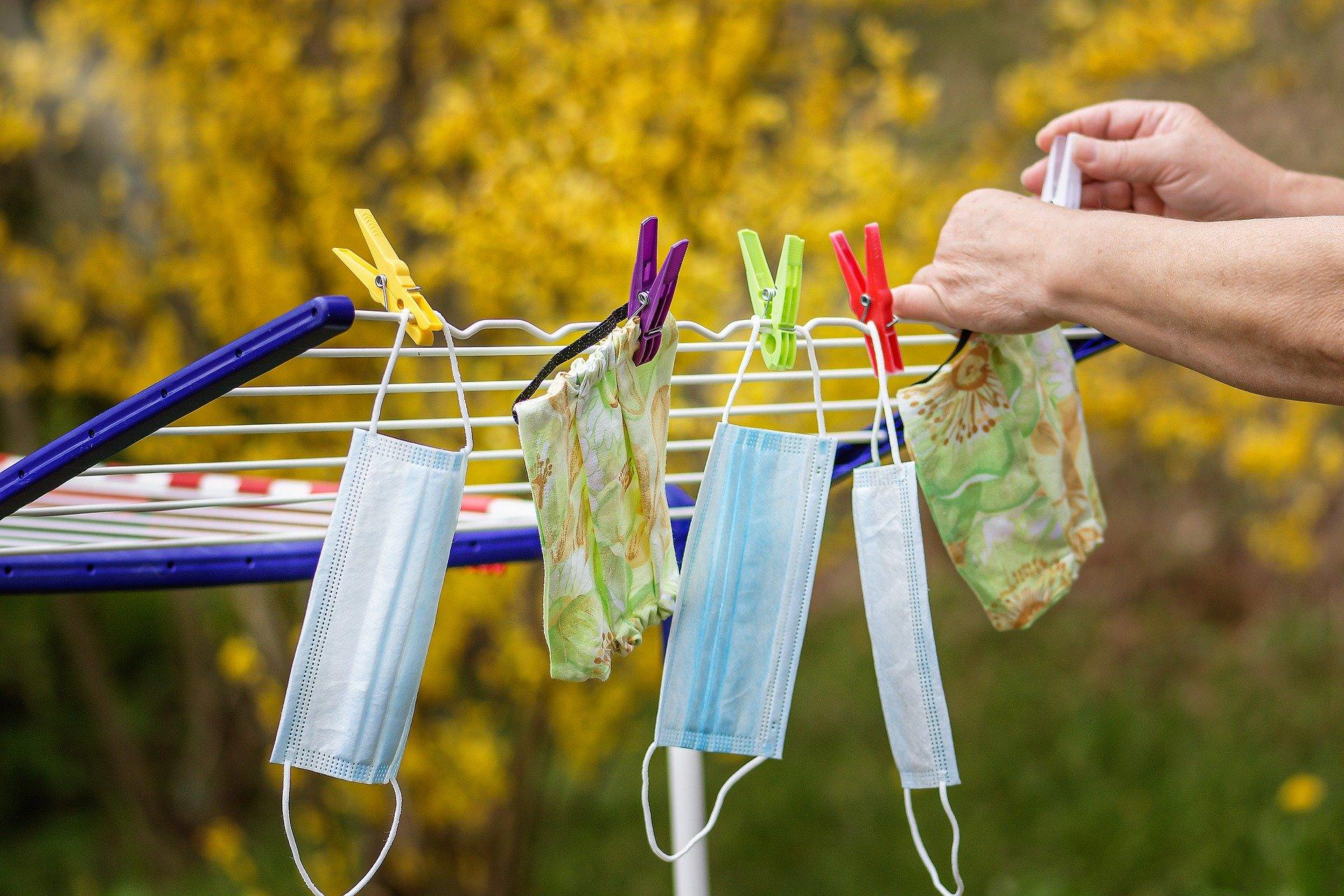 Wäscheständer mit OP-Masken und Stoffmasken