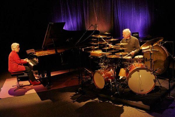 Irène Schweizer am Klavier auf der Bühne mit Schlagzeuger