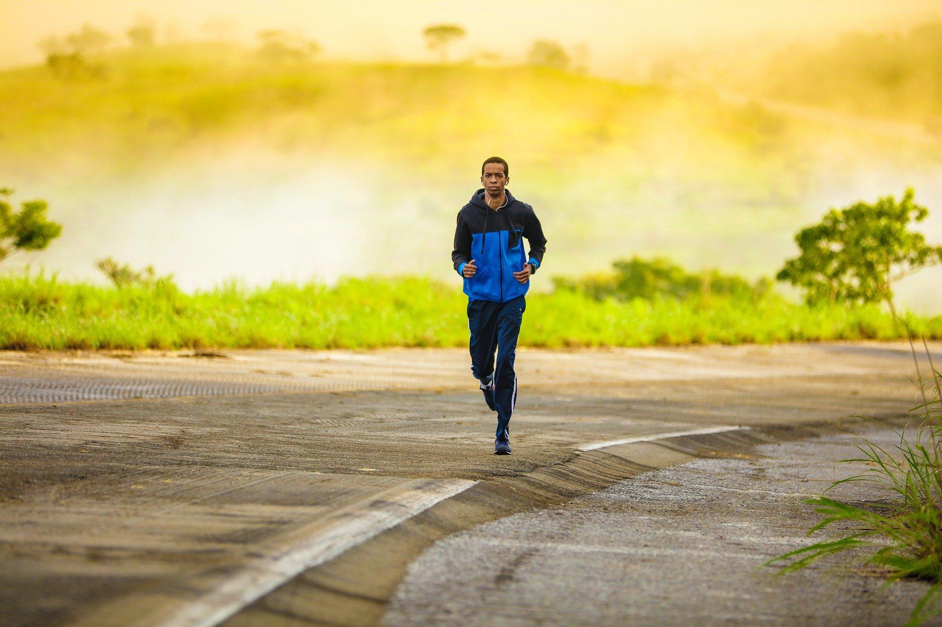 Jogger auf kaputter Strasse vor apokalyptisch gelb glühenden Hintergrund