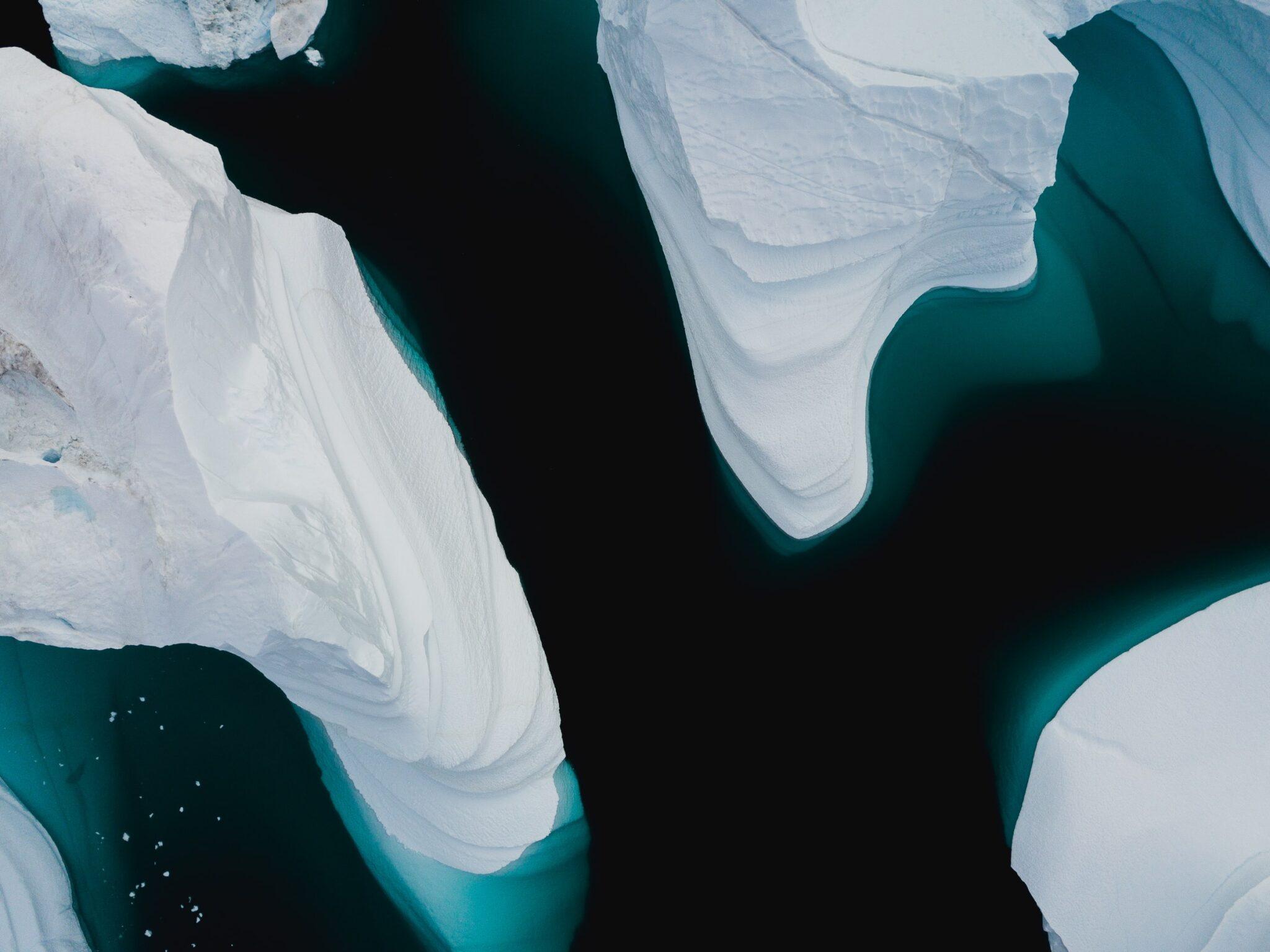 Arktische Eisberge von oben in türkisblauem Wasser