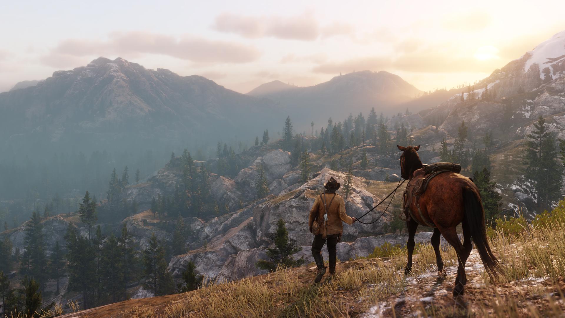 Screenshot aus Red Dead Redempion 2. Arthur Morgan führt sein Pferd bei Sonnenaufgang durch eine Berglandschaft.