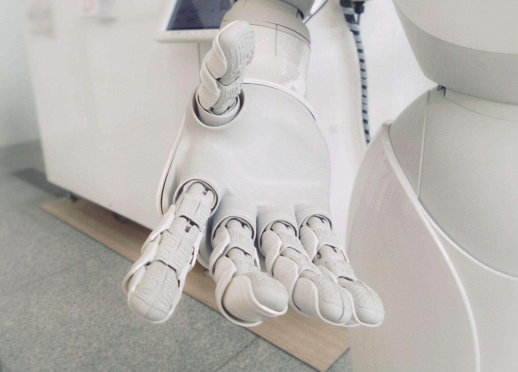 weisser Roboterarm vor weissem Hintergrund