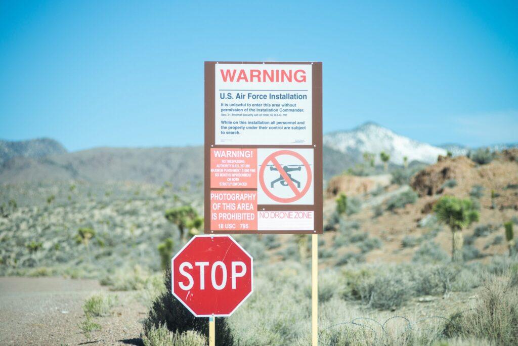 Stop- und Warnschilder vor der Area 51.