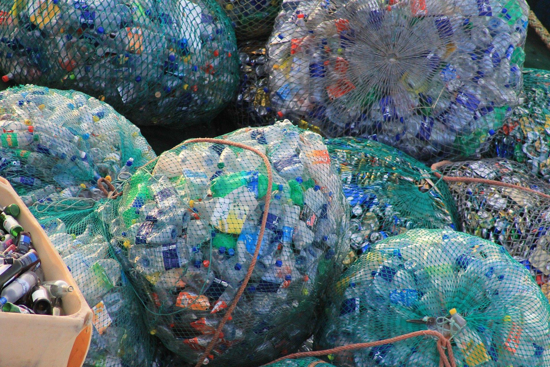 Plastikflaschen in grossen Netzen