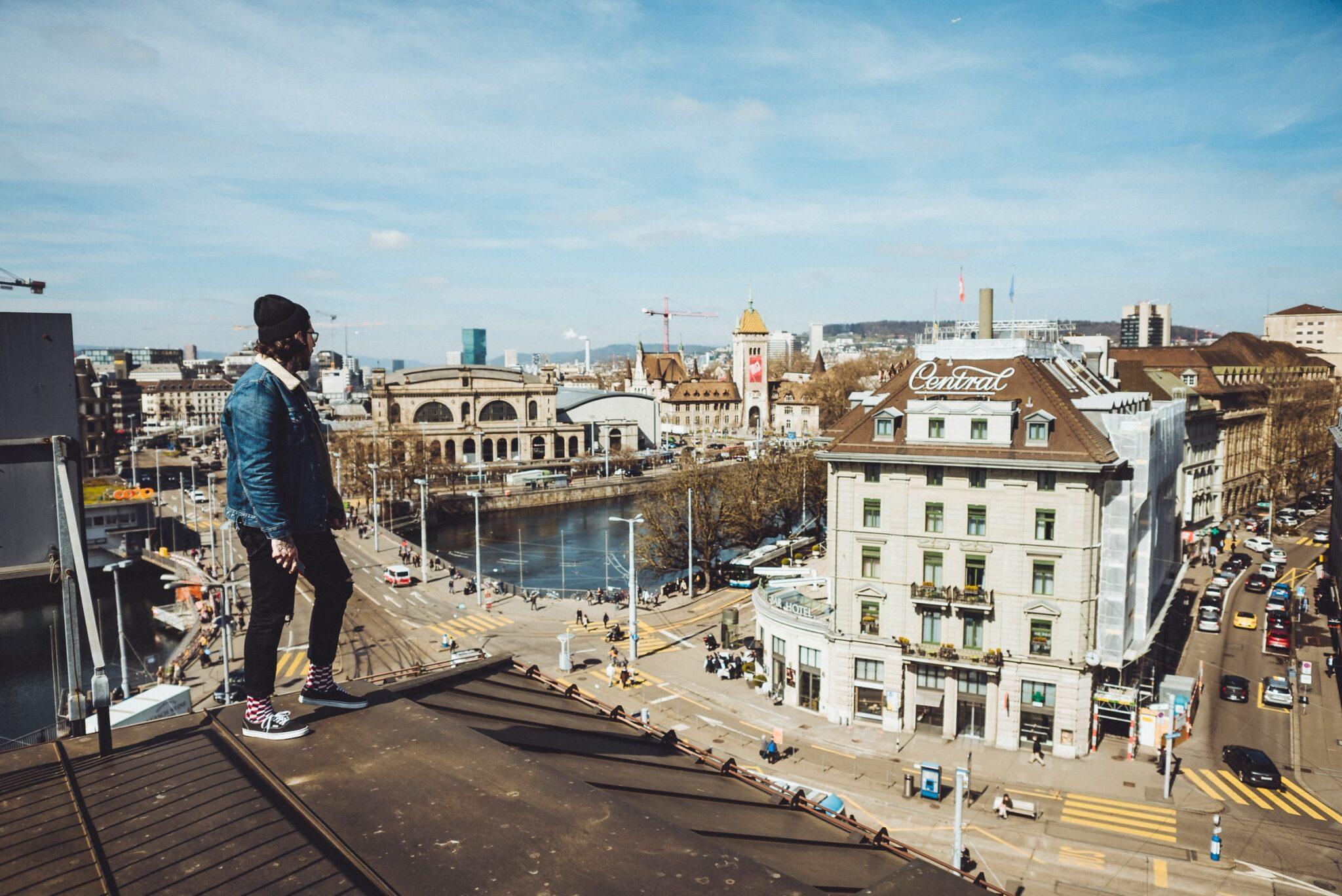 Ein Mann steht auf einem Dach in Zürich