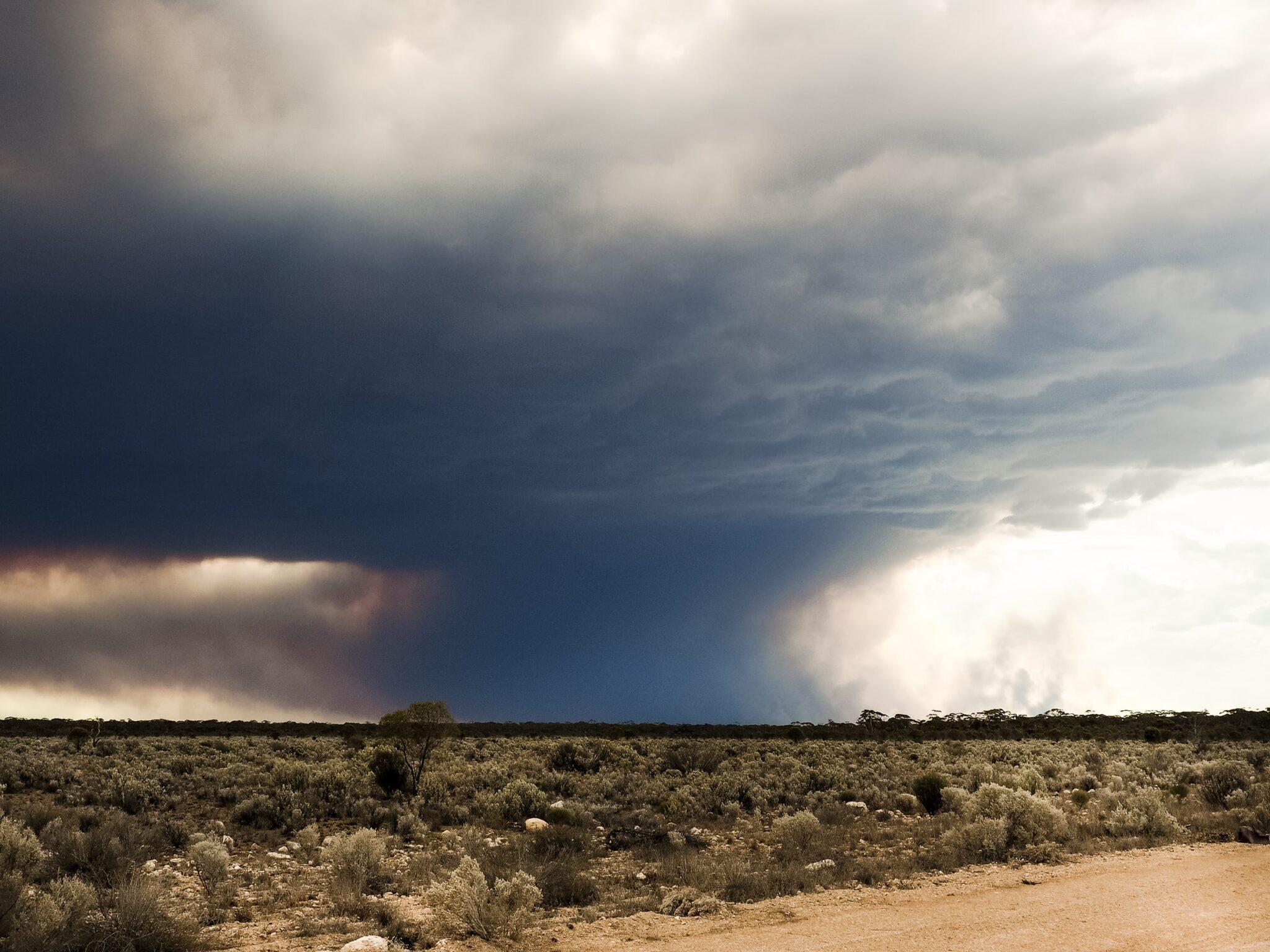 Rauchwolke über trockener australischer Steppe