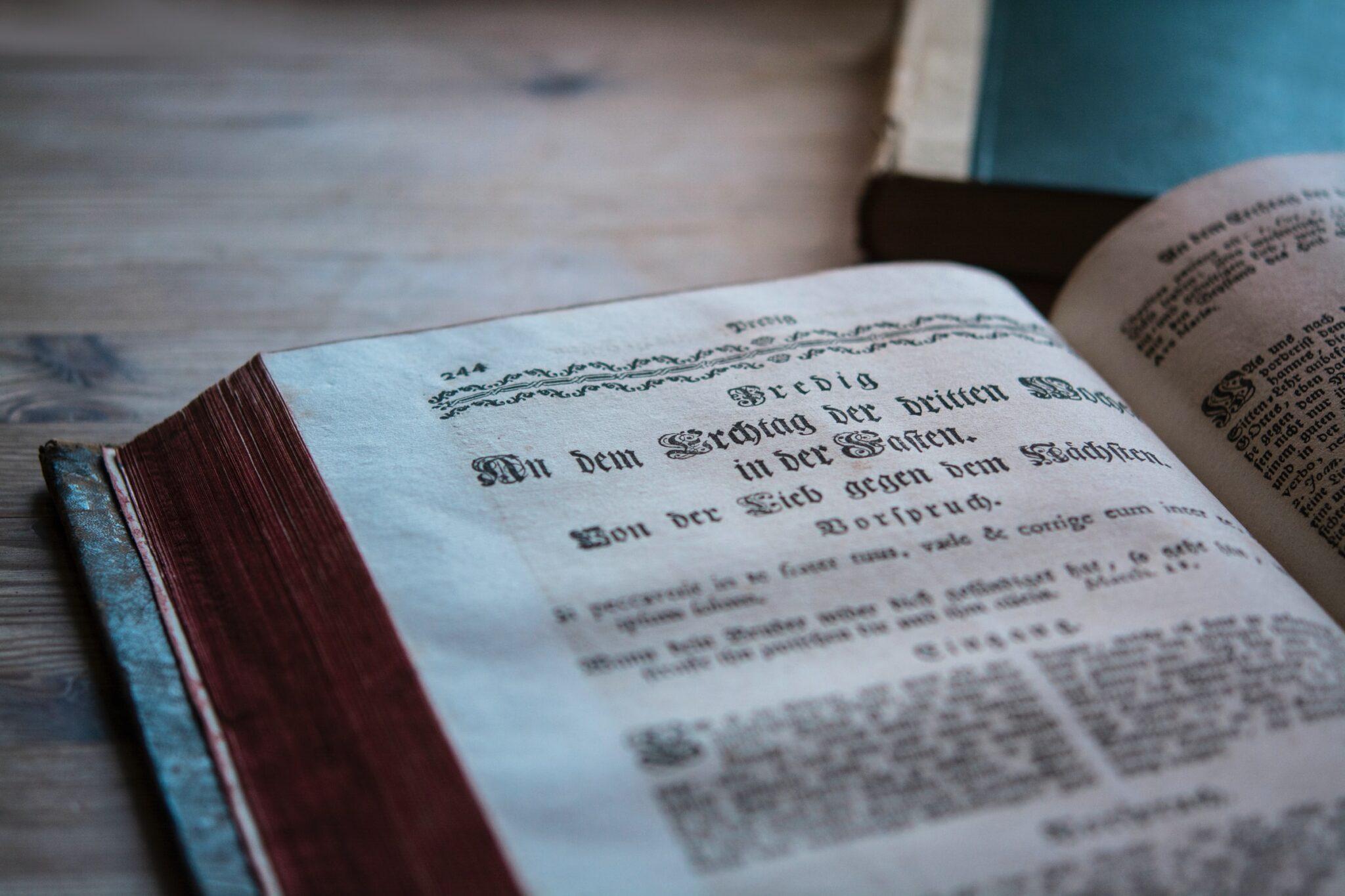 Aufgeschlagenes Buch mit alter Schrift