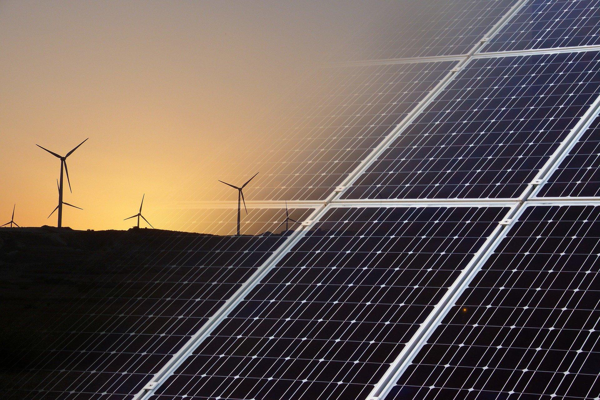 Windmühlen und Solardachpaneele zur Energieerzeugung