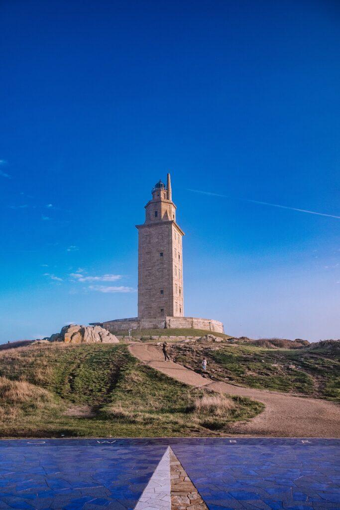 Eckiger Leuchtturm aus sandfarbenen Steinen