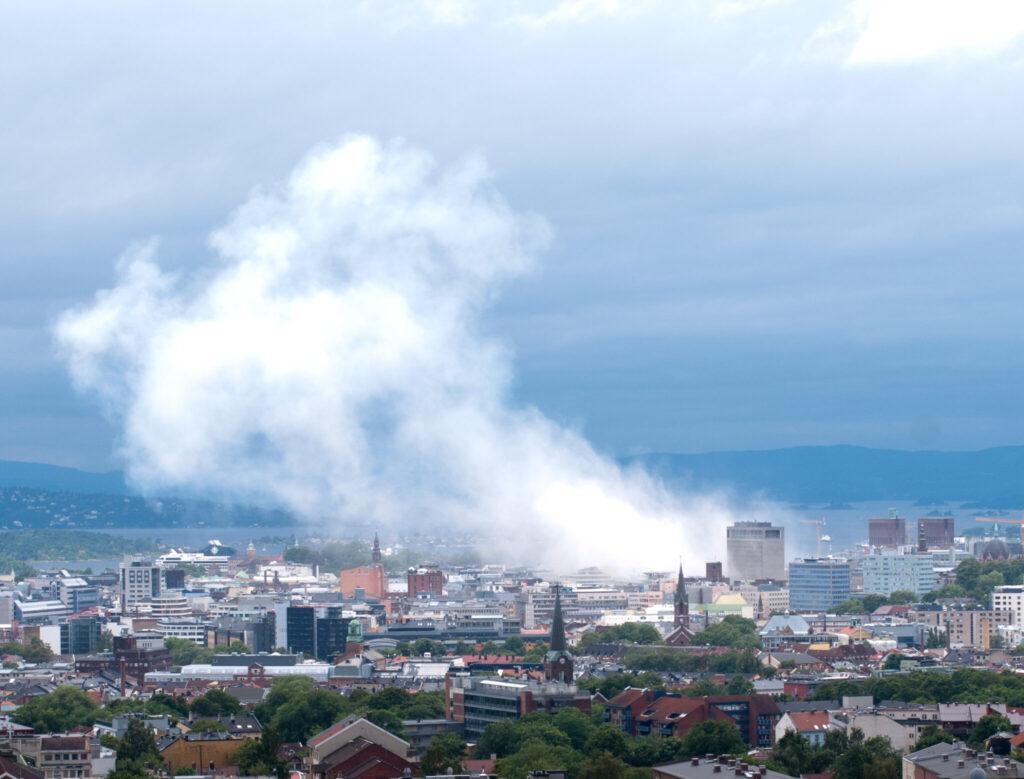 Rauch über Oslo, von einem erhöhten Punkt weiter weg fotografiert.