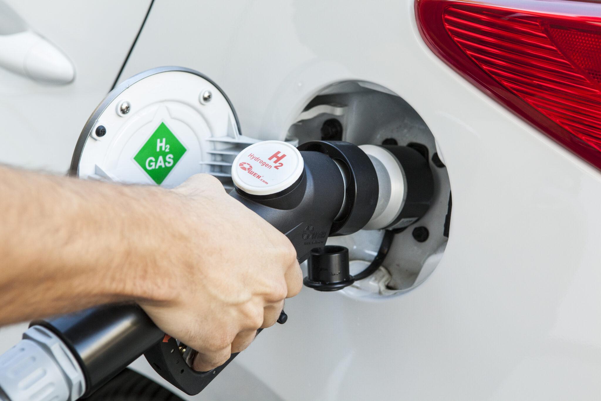 Nahaufnahme eines Tankvorganges an einem Waserstoffauto