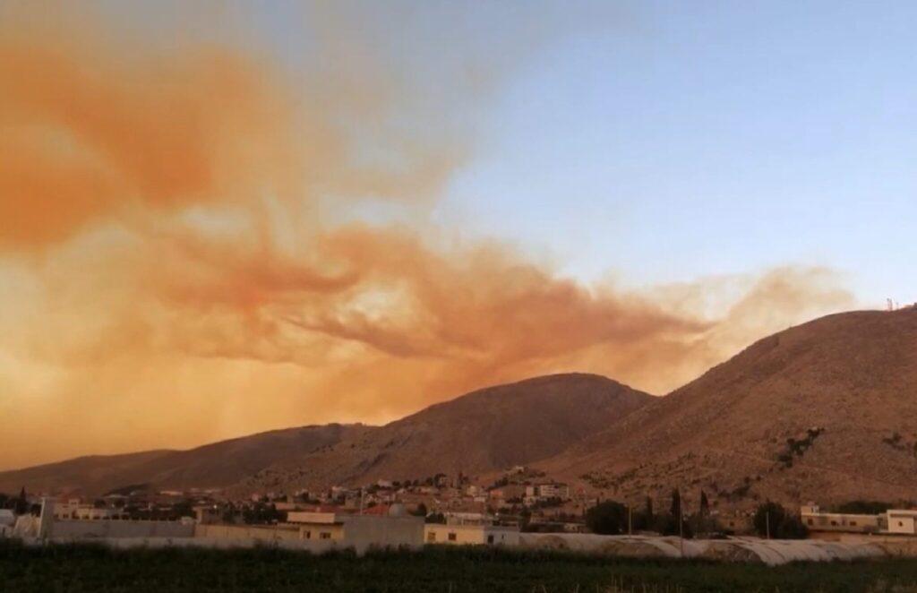 Die Explosionswolke zieht über die Berge des Libanon.
