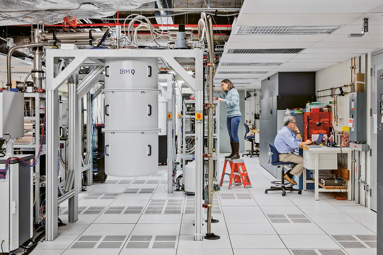 Ein Quantencomputer, der aussieht wie eine Litfasssäule, also zylinderförmig und grösser als ein Mensch