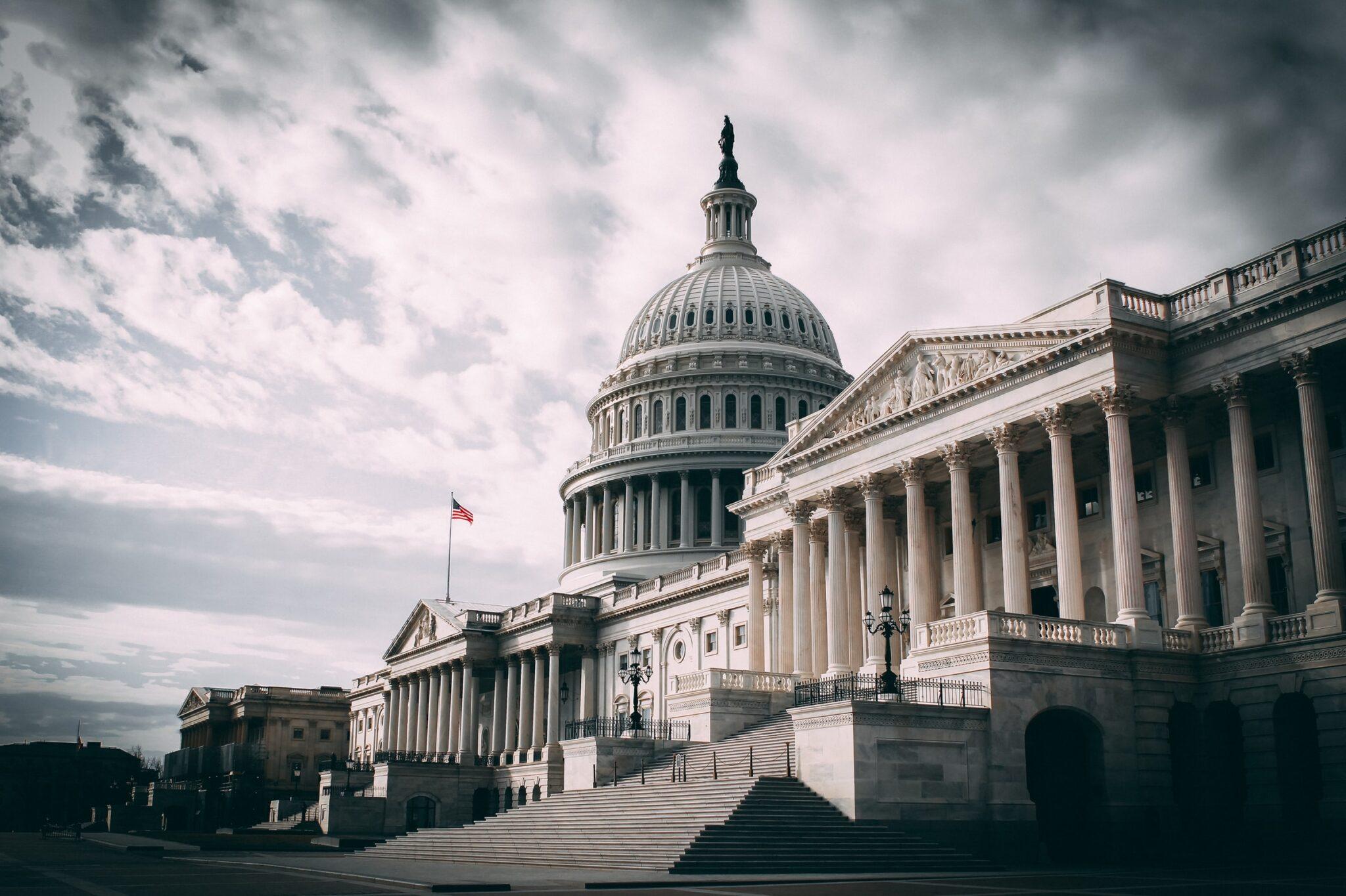 Das weisse Haus in Washington D.C., USA aus einer Perspektive rechts unten aufgenommen vor bewölktem Himmel