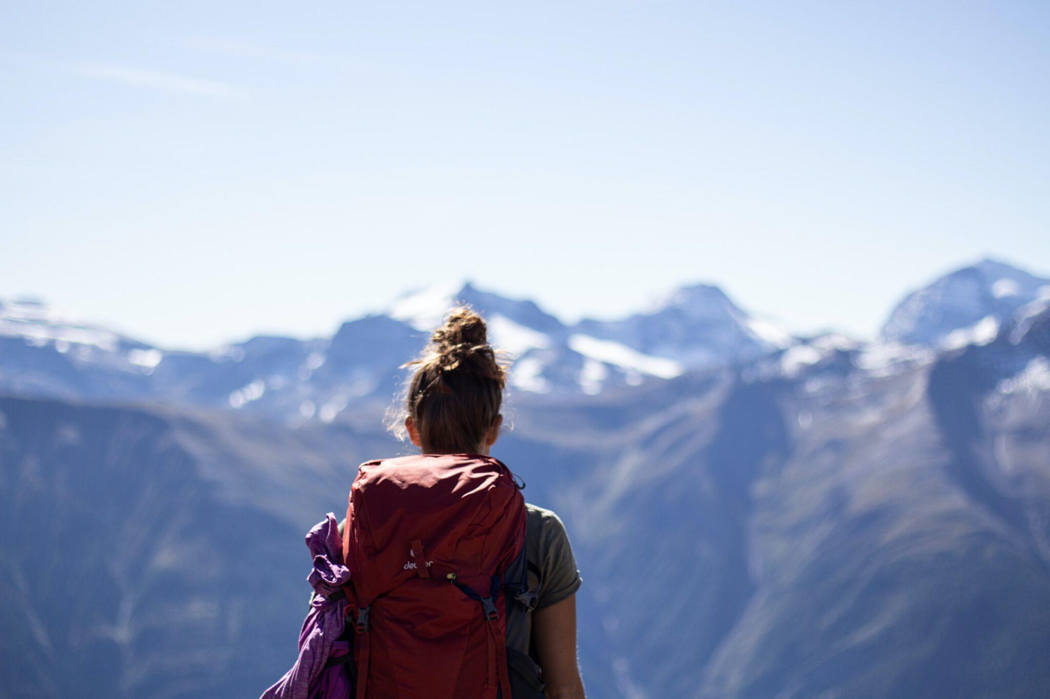 Eine Wandererin in den Bergen.