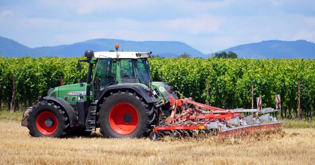 Ein Traktor bearbeitet den Boden auf einem Feld.