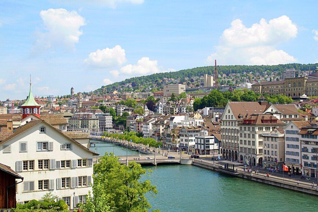 Ein Blick über Zürich und die Limmat an einem freundlichen Sommertag