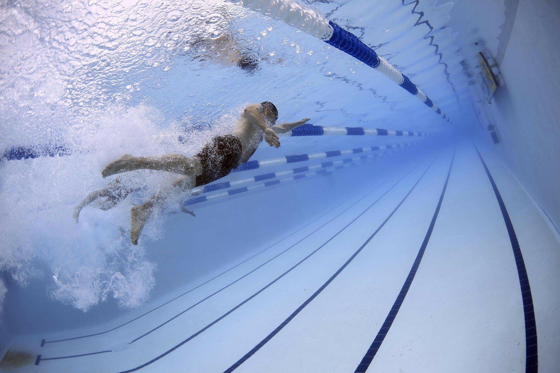 Ein Unterwasserbild von einem Schwimmer in einem Schwimmbecken.