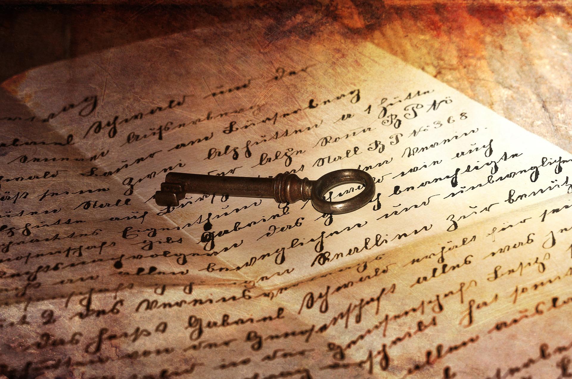 Ein alter Schlüssel liegt auf einem alten handschriftlichen Brief
