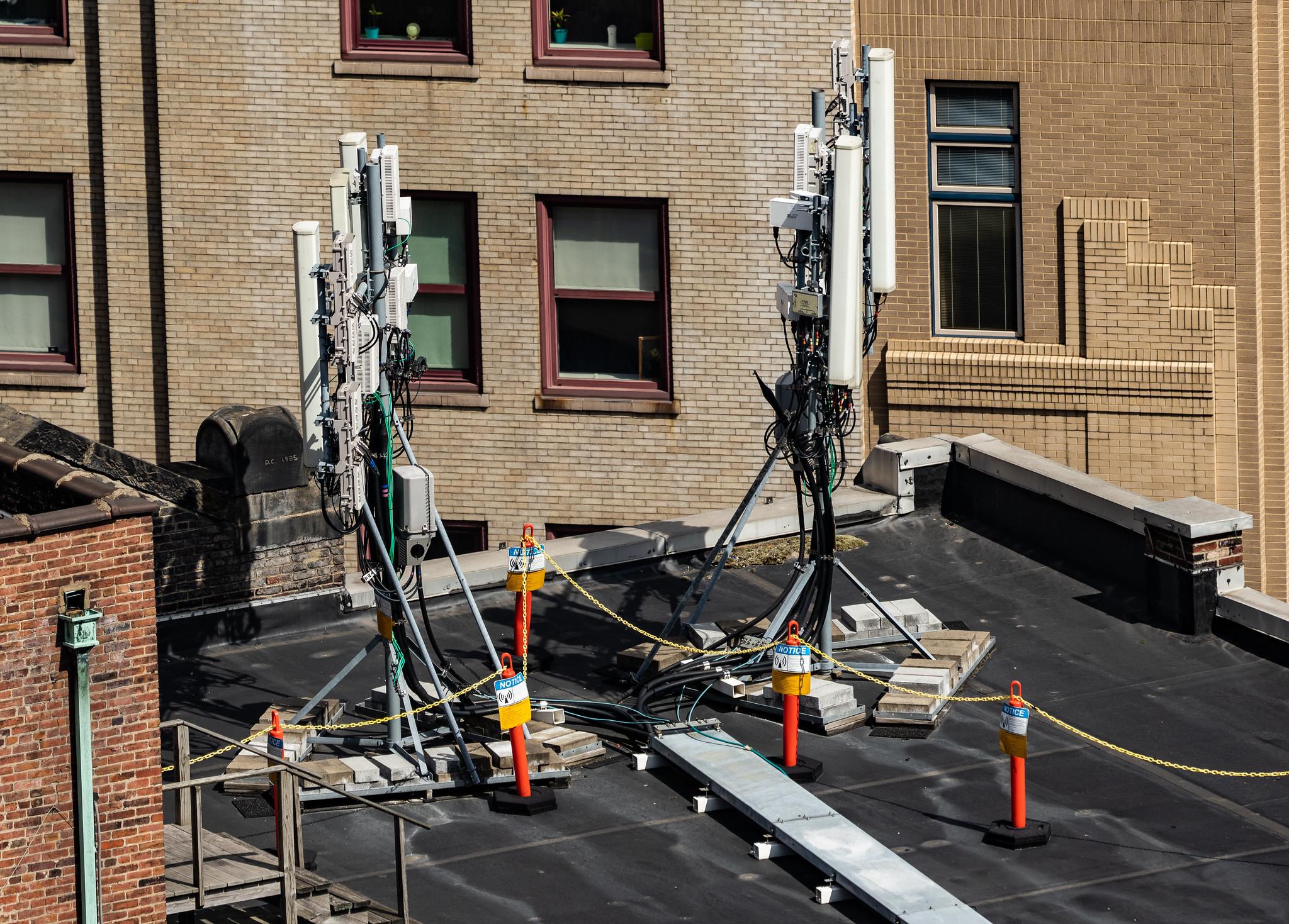 5G Antennen auf einem Dach.